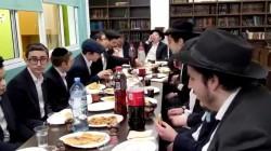 צפו: תלמידי הכיתה ובני משפחה, ב׳לחיים׳ לאחר הנחת תפילין, לבן הרב אברהם ליבשיץ, מנהל בית חב