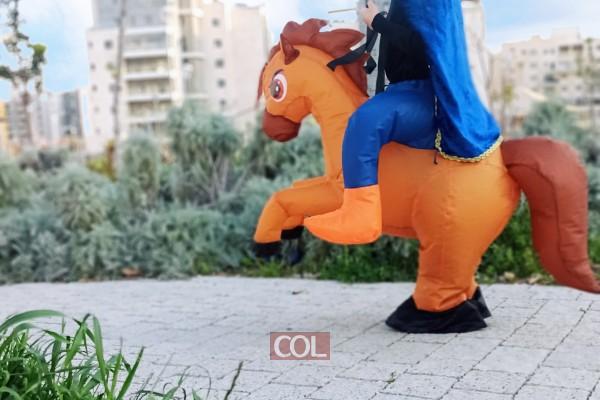 מרדכי רוכב על הסוס